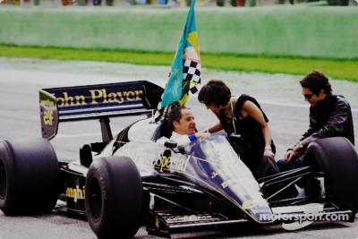 Gerhard Berger au volant de la Lotus d'Ayrton avec Viviane et Bruno Senna à Imola en 2004.