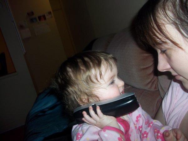 maman qui joue avec océanne au téléphone :) océanne aime les téléphone