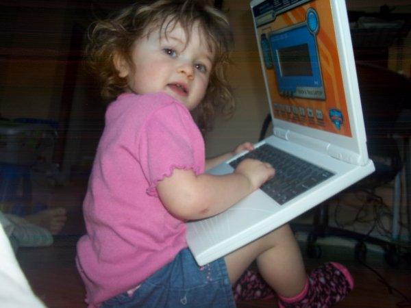 océanne avec son petit ordinateur ... pour pas quelle brise la mienne ....