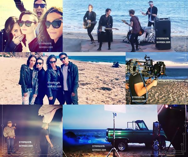 25 Mai 2014 || Demi a été vue à l'aéroport Heathrow de Londres avec des fans.