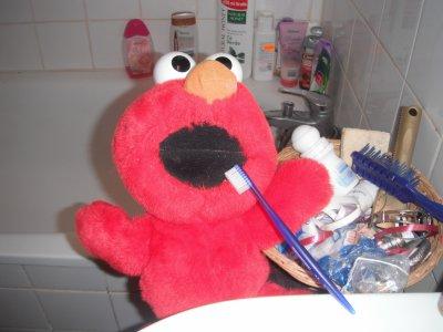 Elmo adore sa brosse à dent !!