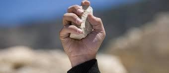 """""""Que celui de vous qui est sans fautes jette le premier la pierre """" Jésus, évangile de Jean chapitre 8 verset 7"""