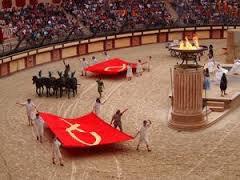 """"""" Le signe du triomphe """" du Puy du fou, est un spectacle """"colyséen"""" auquel j'ai préféré assister assis dans les tribune plutôt qu' en bas dans l'arène avec les lions comme ca aurait été le cas il y a 1700 ans."""