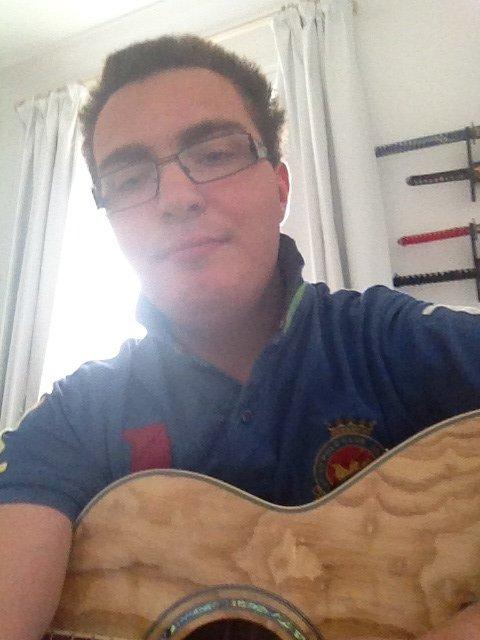 Mon homme avec sa guitare
