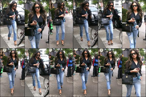 06/06/17 — C'est de toute beauté que Shay Mitchell a été repérée alors qu'elle se promenait dans les rues de New-York. Shay était magnifique et sa tenue est un gros top, j'adore la combinaison jean-escarpins encore une fois un gros top pour elle. Un avis?