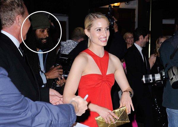"""• J'ai retrouvé Ben Laden !  Non non ce n'est pas vrai, vous vous en doutez bien.. Je voulais juste un titre accrocheur. Alors ? Objectif atteint ? Enfin bref, lundi 2 Mai Dianna participait à la """"Savage Beauty"""" de Alexander McQueen à New York. Les cheveux tirés en arrière, des bijoux discrets et assortis à la pochette, une magnifique et longue robe rouge, un maquillage naturel et des yeux de biche. C'est sure que cette fois-ci il n'y a vraiment rien à redire. Dianna est parfaite !   •"""