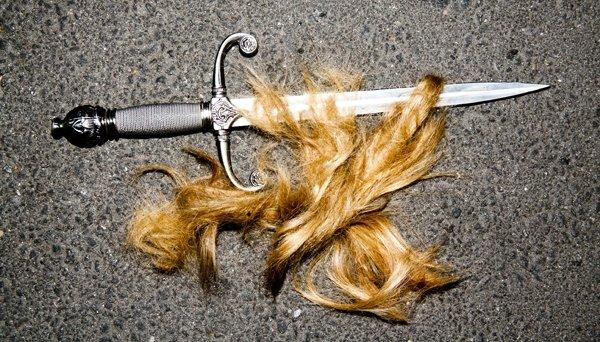 • Cut Cut  !  Eh non, ce n'est pas une illusion d'optique ou un truc du genre, Dianna a bel et bien troqué ses beaux et longs cheveux blonds.. contre un carré ! Alors que le dernier épisode de la saison 2 de Glee vient juste d'être tourné, Dianna en a profité pour se couper les cheveux, chose dont elle rêvait depuis 7 ans (croyez moi je n'invente rien). Le photographe et ami de la belle, j'ai nommé Tyler Shields a immortalisé la chose en tirant son portrait. Elle est sublimissime ! Et vous alors, qu'est-ce que vous en pensez ?   •
