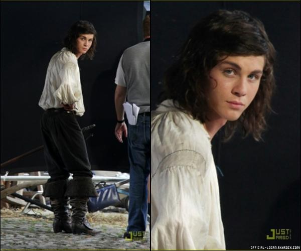 . 26 Août: Voici les deux premières photos de Logan sur le tournage du film Les 3 Mosquetaires. Le tournage se déroule dans la ville de Bamberg en Allemagne. Le film devrais sortir le 15 Avril 2011 au USA. Logan est bien en tenu d'epoque mais j'adhère pas a sa coupe de cheveux. .