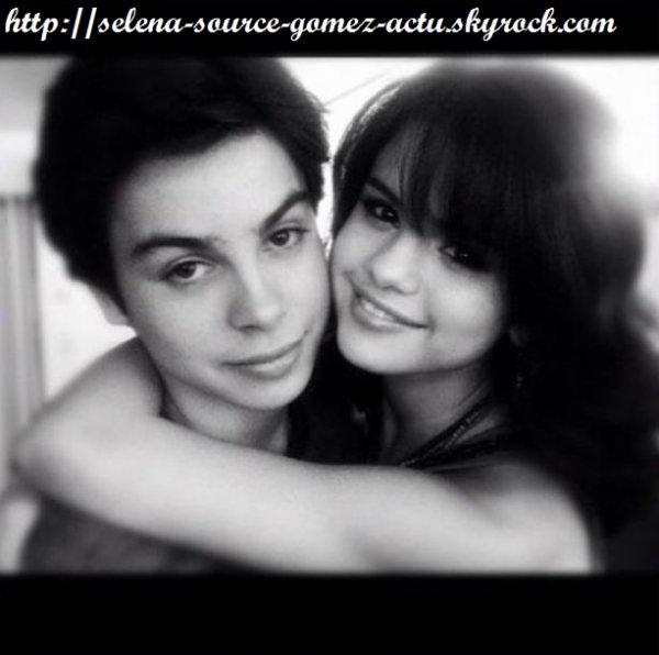 Selena Gomez a  Jake T.Austin souhaite un bon anniversaire