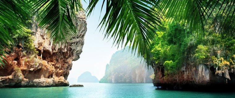 Les îlots secrets de Raja Ampat en Papaouasie. Raja ampat qui signifie «Les quatre rois» est composé de 1.500 d'îlots couverts de jungle...