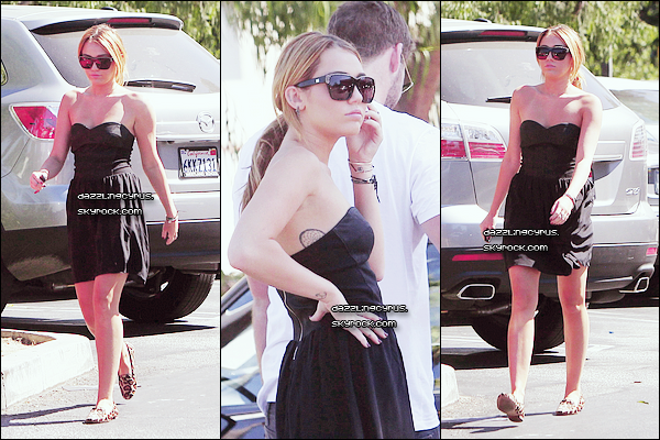 30 / 08 / 20II : Miley et Liam sont allés faire quelques courses chez Trader Joe's à LA. C'est un TOP pour sa robe que j'aime beaucoup et ses lunettes, par contre les chaussures ce n'est pas mon style.