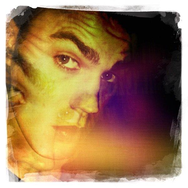 """. Nouvelle photo de Paul posté sur Twitter par Paul Sommers, il a aussi posté ce petit message """"Paul Wesley is very Artsy""""."""