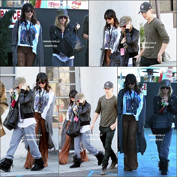 *    20 décembre 2011 :  Vanessa sortant de chez elle avec Austin, puis, rejoint par Ashley, allant déjeuner. FLOP total pour Vanessa!!!  *