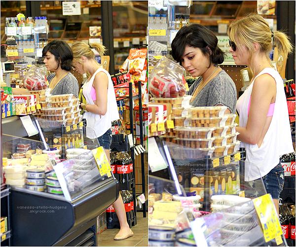 *  02/03/12 : Vanessa et Ashley Benson dans une épicerie en Floride.    *