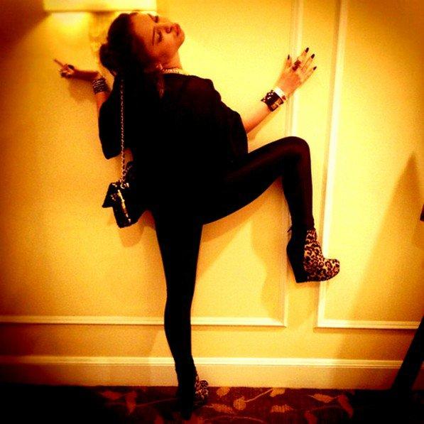 *   04/03/12 : Vanessa, devenue blonde pour les besoins du film, Ash' Benson et Sel' Gomez sur le set de Spring Breakers .  *