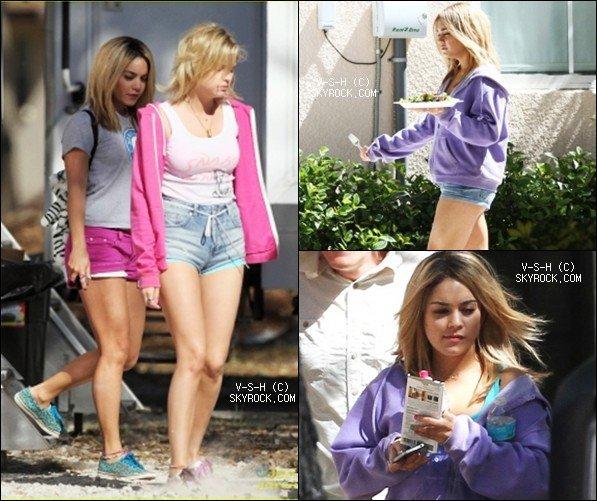*  05/03/12 : Vanessa, perruque en main, et ses co-star pendant une pause sur le tournage de Spring Breakers.   *