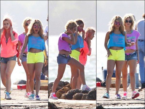 *  12/03/12 : Vanessa et ses co-star sur le set de Spring Breakers.   *