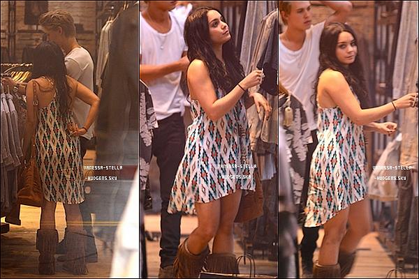 """*    11 avril 2012 : C'est avec des cheveux et un look qui rappellent les années 2008/2009 que Vanessa est allée faire du shopping au """"Planet Blue"""" avec Austin Bulter dans Los Angeles. Alors là c'est deux magnifique Top ! J'adore sa robe !    *"""
