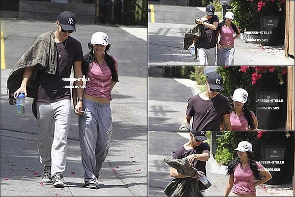 *    19 avril 2012 : Vanessa et Austin ont été aperçus se promenant dans Studio City.    *