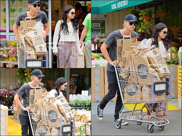 """*    24 avril 2012 : Vanessa, Austin et la mère de ce dernier, quittant le """"Artisan Cheese Gallery"""" après y avoir déjeuner à Los Angeles.   *"""
