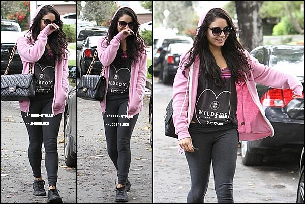 *    26 avril 2012 : Vanessa,Stella (cachée derrière Vanessa) et Sophia allant déjeuner dans Studio City après avoir fait du sport.    *