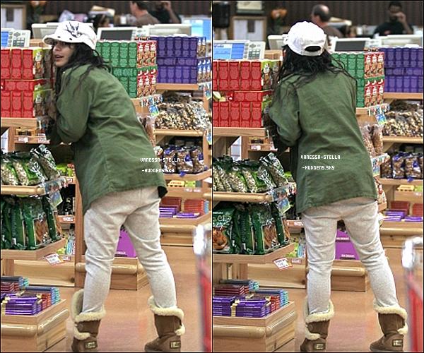 *   2 mai 2012 : Vanessa a fait ses courses au Trader Joe's à Studio City évidemment accompagnée d'Austin Bulter.     *