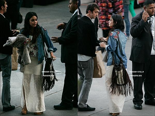 """*    04 mai 2012 : Vanessa Hudgens et son boyfriend , Austin Bulter , mangeant au restaurant """" The Artesian Cheese """" dans Los Angeles après leur arrêt à San Marino plutôt dans la journée. 04 mai 2012 : Vanessa a passé la soirée au concert du groupe Coldplay à Hollywood. Ashley Tisdale y était aussi.    *"""