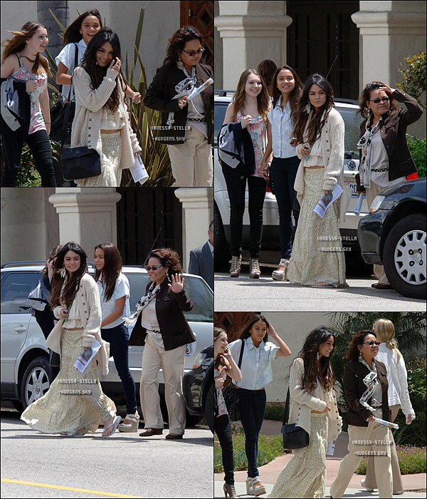 "*    24 avril 2011 : Vanessa, Gina, Stella et Sammi quittaient l'église ""St. Charles Borromeo Catholic"" à North Hollywood.    *"