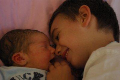 A la maternité: ...Axel, 45 mois, est grand frère et heureux de rencontrer son petit frère de 1 jours!...<3...