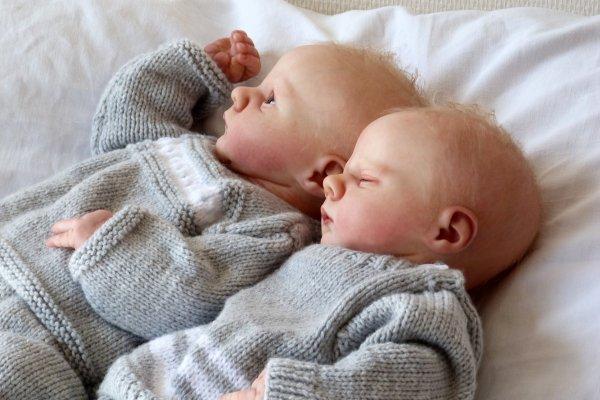 Asher éveillé et Asher endormi :deux petits jumeaux réalisés avec des kits révolutionnaires