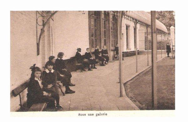 Ath - institut des soeurs de st françois de sales - sous une galerie