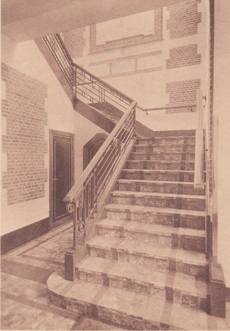 Collège Saint Julien Ath escalier d'entrée