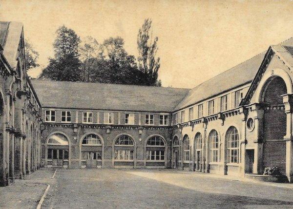 Houtaing (Ath) collège de la Berlière - cour intérieure