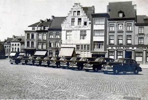 Ath-Grand Place,exposition de voitures par les établissements Leleux(1950).