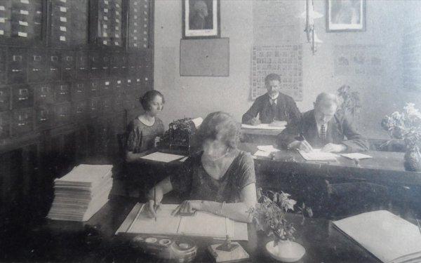 Ath - bureau de la mutualité socialiste , au fond Emile Carlier