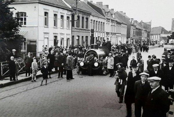 Ath  Place verte et rue G.Dubois 1938 , reconstitution de l´arrivée de la 1ère locomotive belge à Ath