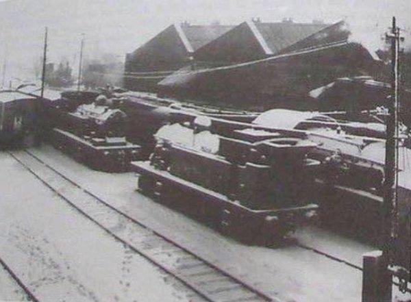 ATH LES MACHINES A VAPEURS STATIONNEES EN HIVER A L'ATELIER A MACHINES VERS 1950