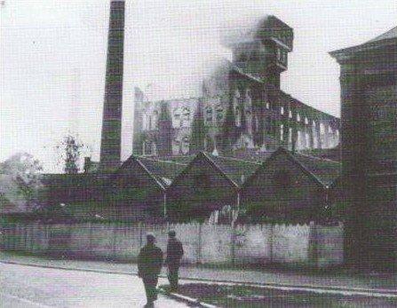 ATH, Le moulin des Estanques après le bombardement et l'incendie de 1918. Incendié et pillé par les soldats allemands en 1918, les bâtiments sont reconstruits par Paul Descaups, époux de Louise Fontaine.