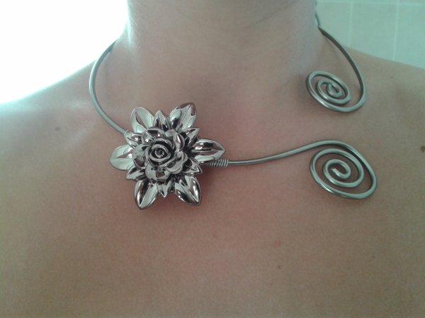 Collier fleur métallique