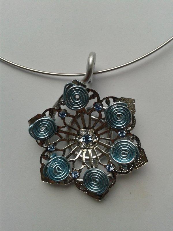Pendentif fleur en métal argenté avec strass et fil alu bleu