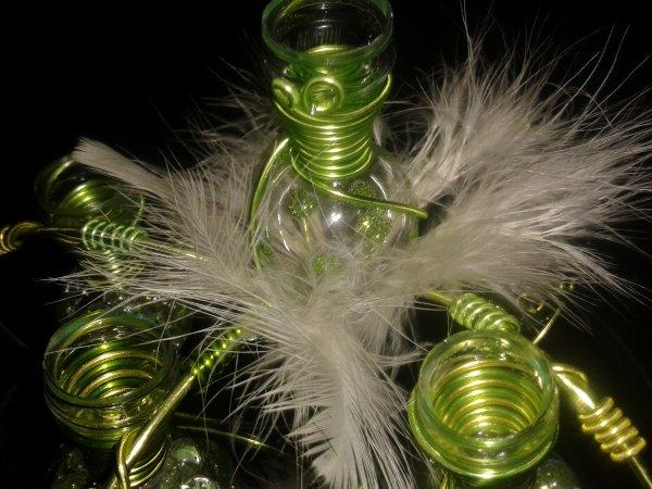 Centre de table vert avec fioles pailletées