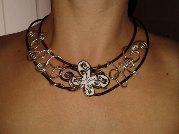 Collier marron et or