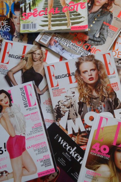 la pile de magazines people et de mode cach dans une bo te chaussure sous le lit a pr sent. Black Bedroom Furniture Sets. Home Design Ideas