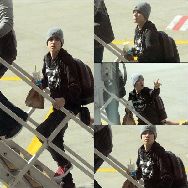 01/05/2011 : Justin Prend L'avion A L'aéroport De Sydney