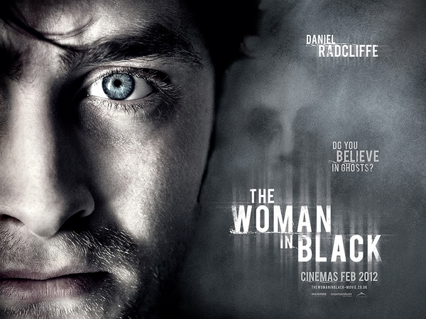 RadcliffeDaniels ACTUALITES :  Daniel Radcliffe et  Roseanne Coker, ont été vues ensemble le 18 Août dans les rues de New-York Un poster de son film The Woman in Black est visible RadcliffeDaniels