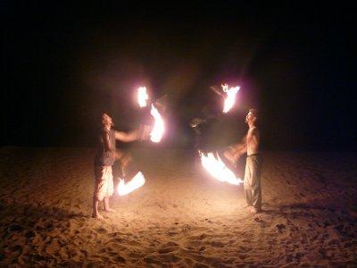 Le jonglage de feu continue tous les vendredis soir quartier le coin au Carbet !