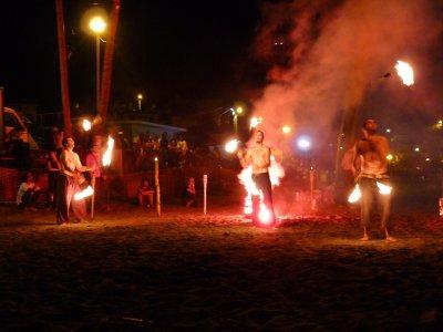 Du jonglage enflammé en soirée Salsa à Bellefontaine sur la plage !!!