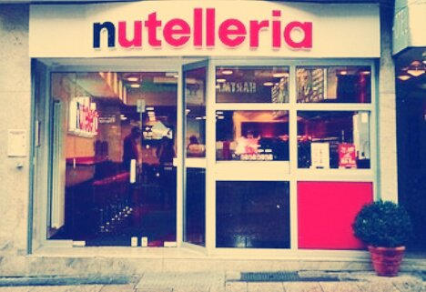 🌰Je suis le symptôme : Nutella🌰 Depuis toute petite, je mange du nutella et même si je grandis je n'oublie pas pour autant que ce pot de Nutella •que je retrouvais à chaque fois dans mes placards• à bercer mon enfance 🍫 J'en mange encore en plus ! Et oui, j'ai une âme d'enfant🍾☕