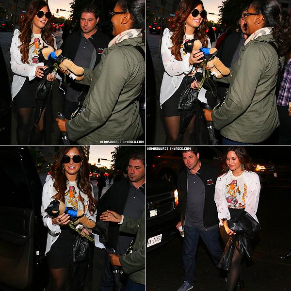 """14/10/11 : Demi a été photographiée partant du """"Kiss 92,5 FM Studios"""" à Toronto, Canada."""