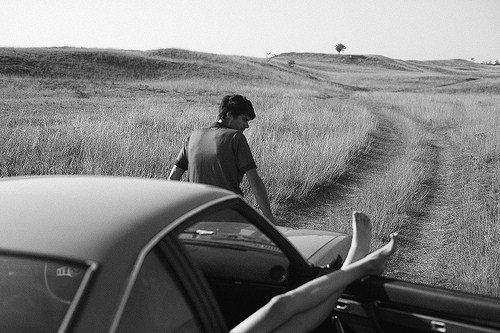 «La vie est trop courte pour se lever le matin avec des regrets. Alors, aimez les personnes qui vous traitent bien, et oubliez celles qui ne le font pas..»H.Mackay